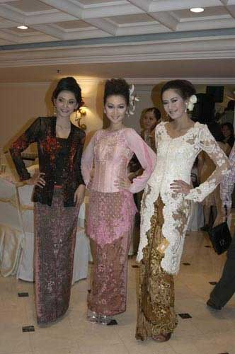 Models in Kebaya