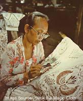 Menerapkan lilin dengan canting untuk membuat Batik